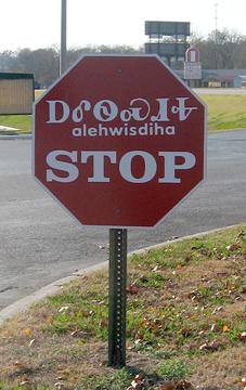 Traffic sign in Cherokee syllabary, Tahlequah, Oklahoma, shot 11 November 2007. (Wikipedia photo by Uyvsdi)